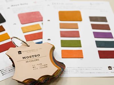 <span>見本帳</span>まずは見本帳で色味や質感をお確かめください。